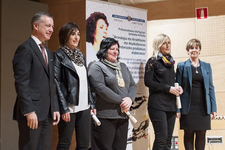 El lehendakari entrega los certificados de profesionalización a neskatilas y empacadoras de pescado de Euskadi