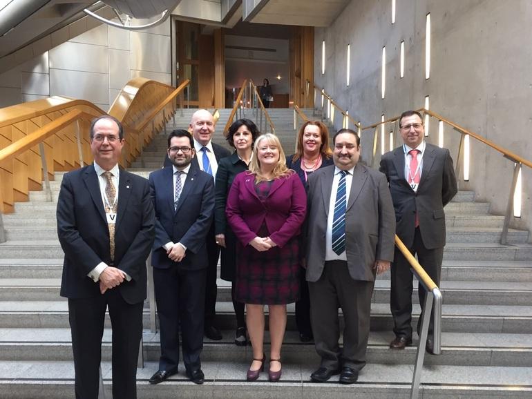 Miembros del comite de asuntos europeos y relaciones exteriores del Parlamento escocés y represrentantes de Euskadi y Catalunya