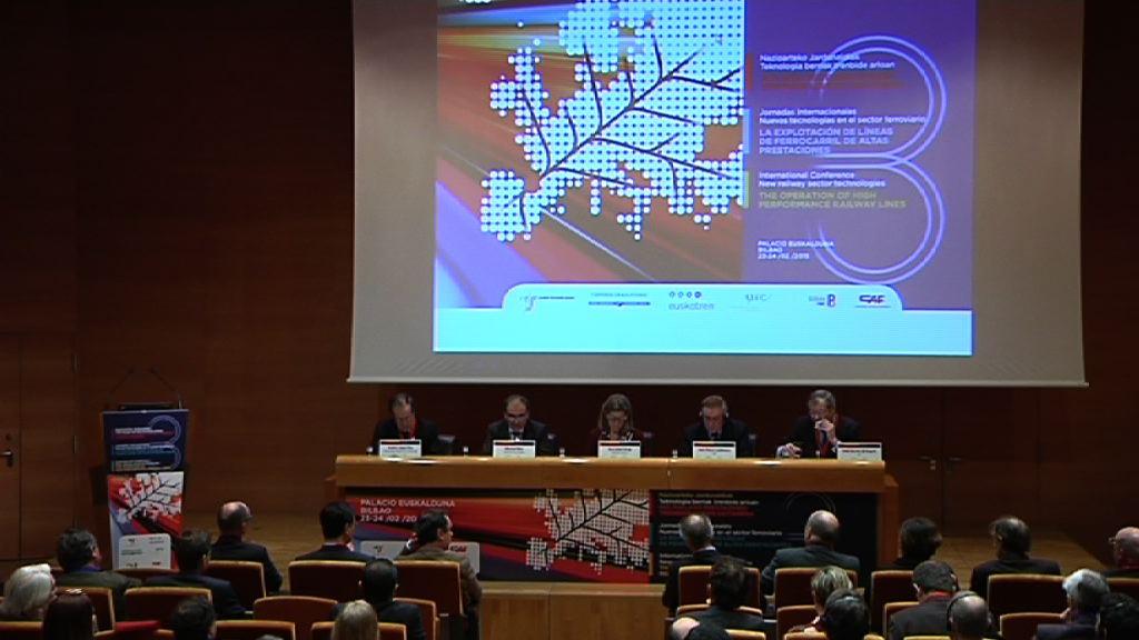"""Oregi souligne le """"service que va offrir le nouveau réseau ferroviaire basque pour le développement social et économique de l'axe atlantique"""" [4:35]"""
