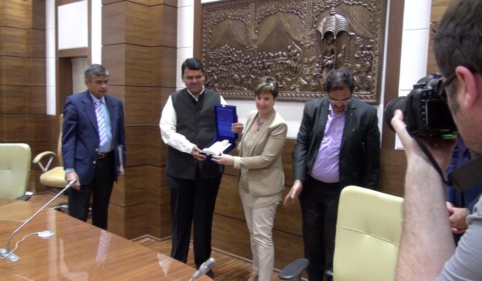 Encuentro entre Arantxa Tapia y el Primer Ministro de Maharastra en India [2:06]