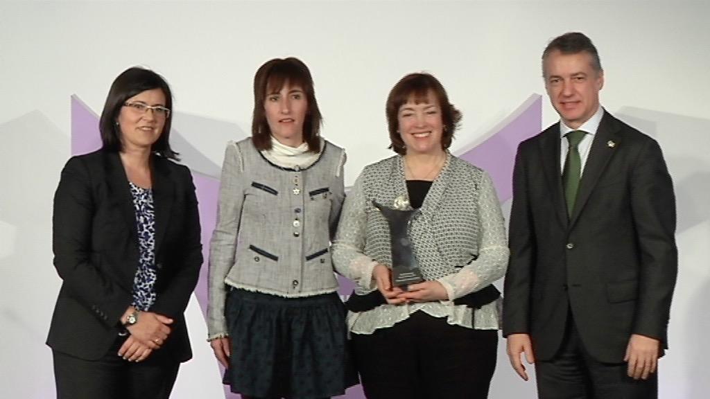 El lehendakari entrega el Premio Emakunde a la Igualdad al Fórum Feminista María de Maeztu [5:50]