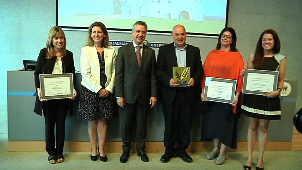 El lehendakari entrega Francisco Góngora, del diario El Correo, el premio de Periodismo Ambiental del País Vasco [4:16]