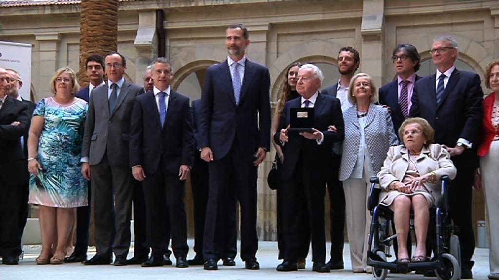 El Rey Felipe VI, acompañado por el lehendakari, ha entregado el II Premio Reino de España a la Trayectoria Empresarial [7:44]