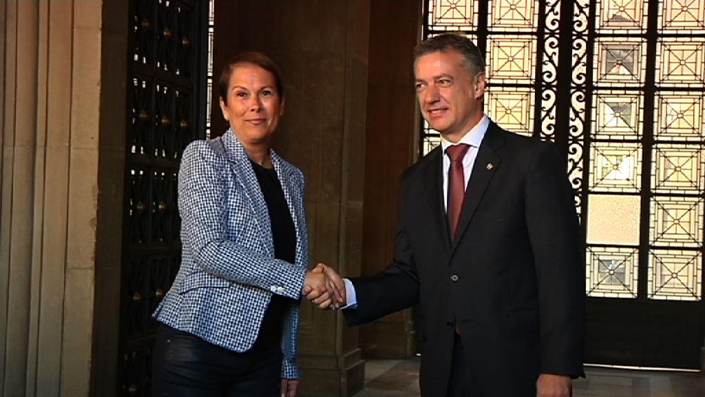 """El lehendakari y la presidenta de Navarra muestran su deseo de """"fortalecer y ampliar las relaciones"""" entre las dos comunidades [32:24]"""