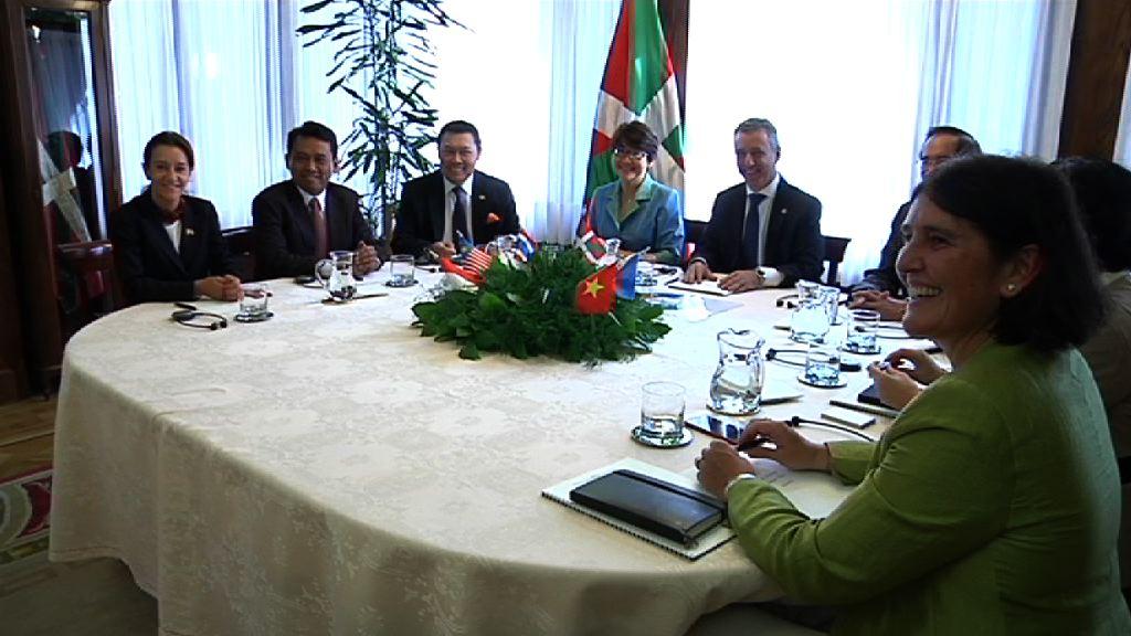 El lehendakari recibe a un grupo de embajadores de paises del Sureste Asiático [1:02]