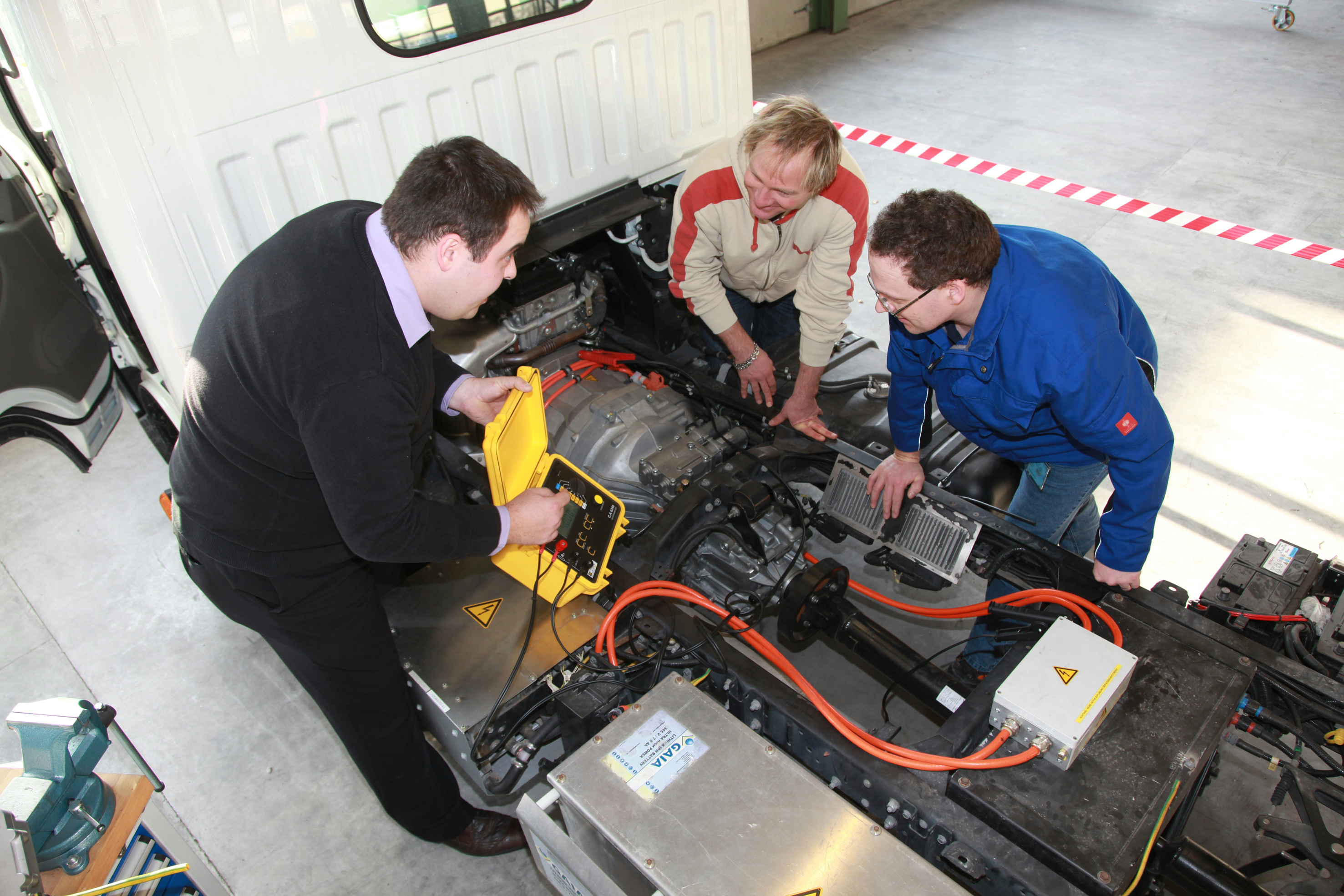 14-1_zf_services_high-voltage_training.jpg