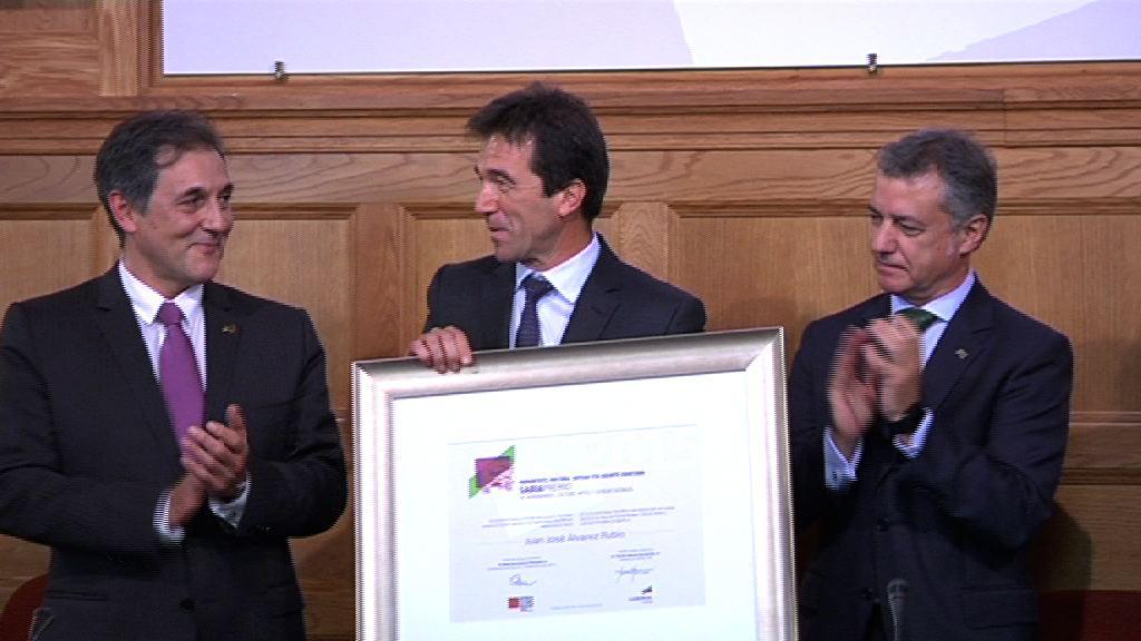 El lehendakari preside la entrega del Premio Eusko Ikaskuntza al catedrático Juan José Álvarez Rubio [20:10]