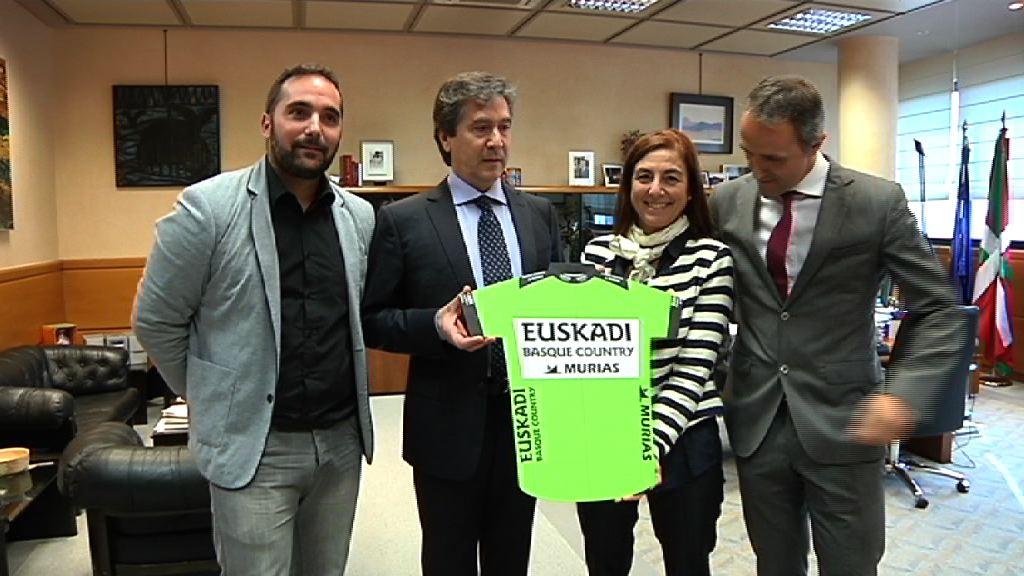 Cristina Uriarte recibe al equipo ciclista Euskadi Basque Country-Murias