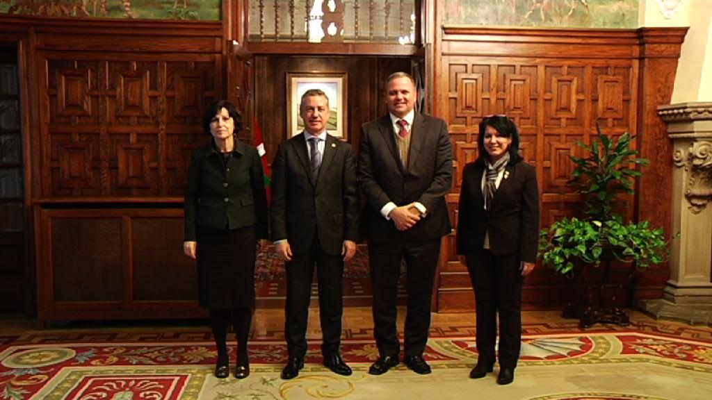 Lehendakariak Cubako enbaxadorea hartu du Ajuria Enean