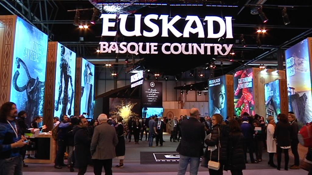 La consejera de Desarrollo Económico y Competitividad inaugura el stand de Euskadi en FITUR 2016 valorando un año histórico y asegura que el Gobierno Vasco seguirá posicionando Euskadi como destino inteligente y sostenible