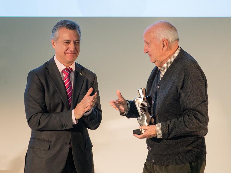 El lehendakari entrega el premio Ignacio Ellacuria de cooperación a José Ángel Cuerda