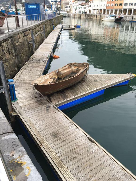 El Gobierno Vasco limpia el fondo del muelle pesquero de Donostia extrayendo cinco contenedores de viejas cadenas, cabos, bicicletas y otros enseres