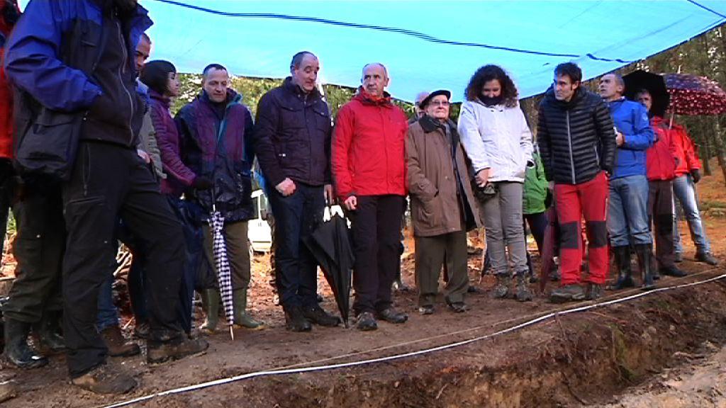 El Gobierno Vasco participa en la exhumacion de los restos mortales de varios combatientes de la Guerra Civil hallados en Etxebarria