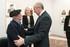 Eusko Jaurlaritzako zenbait ordezkarik «Azken batailoia» izeneko argazki-erakusketa bisitatu dute, Bizkaiko Batzar Nagusietan