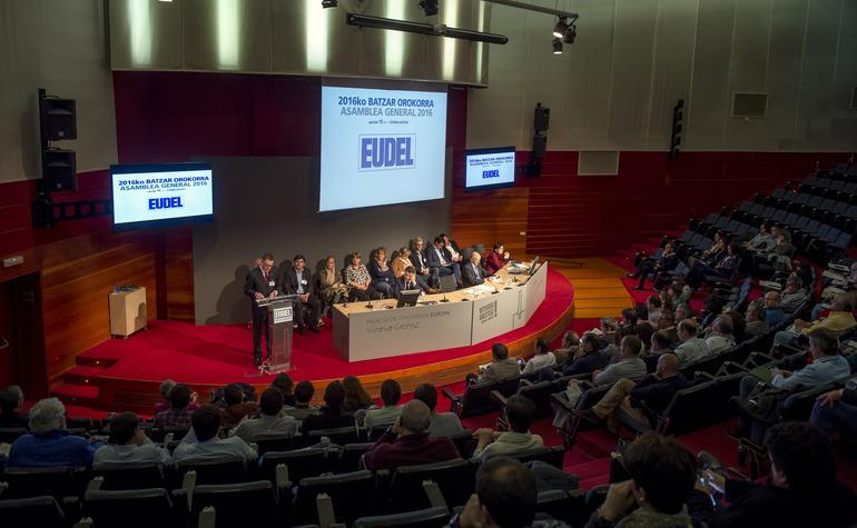 Josu Erkoreka presenta ante la Asamblea General de Eudel la primera Ley de Instituciones Locales de Euskadi, el día de su entrada en vigor