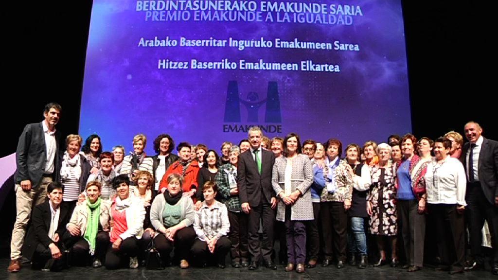 """La Red de Mujeres del Medio Rural de Araba y la asociación de mujeres rurales """"Hitzez"""" reciben el premio Emakunde a la Igualdad"""