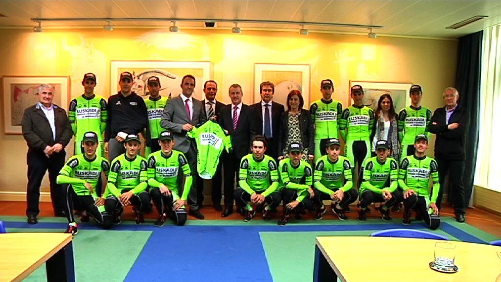 El lehendakari ha recibido al equipo ciclista Euskadi Basque Country-Murias