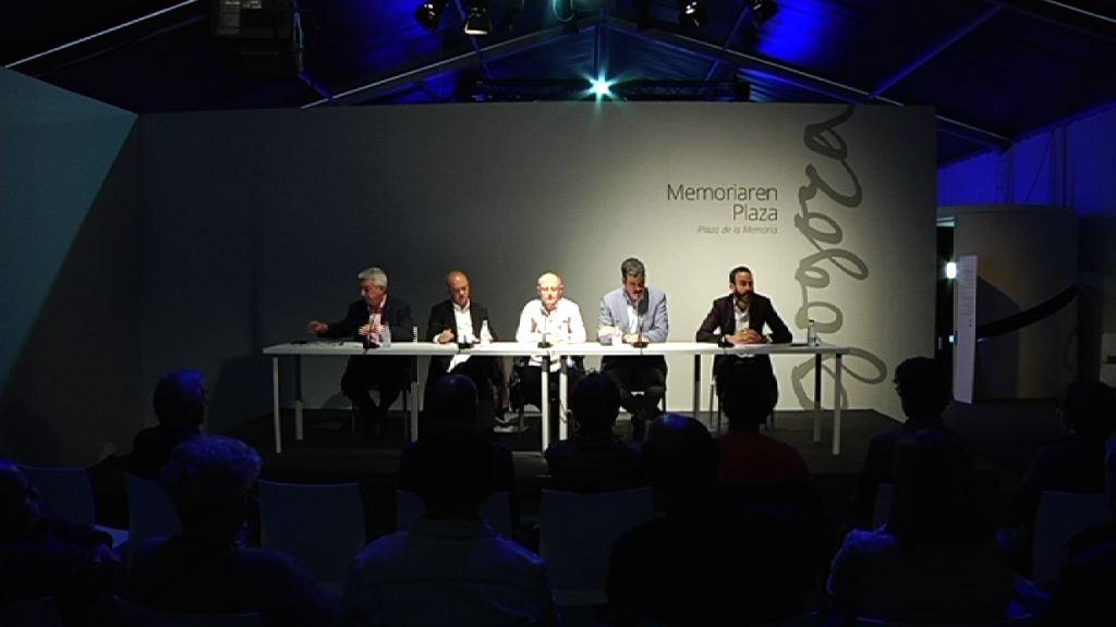 Alcalde y ex alcaldes participan en la mesa redonda `Memoria reciente de Donostia/San Sebastián´