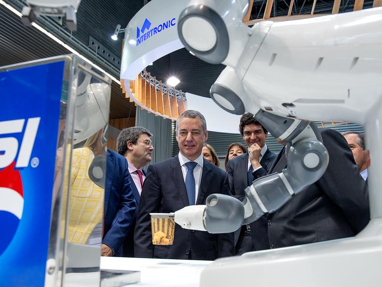 El lehendakari asiste a la inauguración de la Bienal de Máquina Herramienta en el BEC