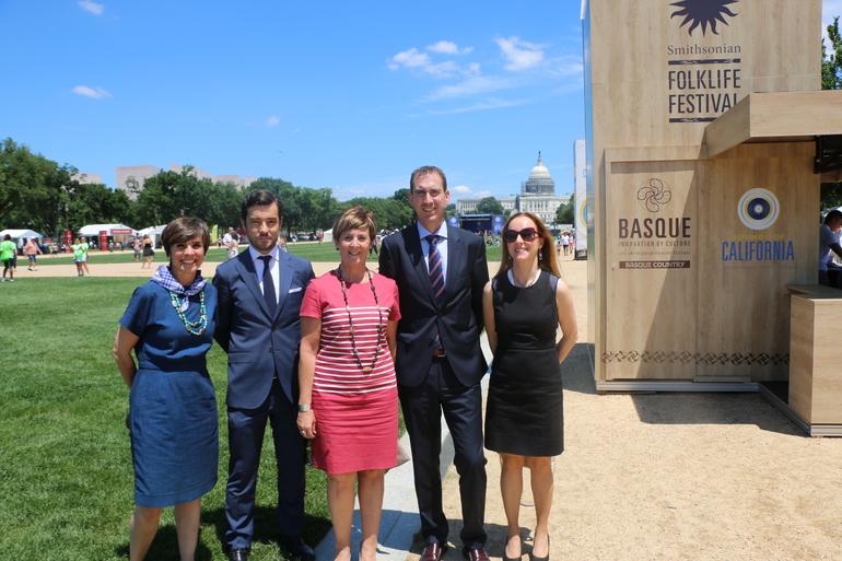 La consejera Tapia visita el Mall donde se celebra Smithsonian Folklife Festival que este año está dedicado a la cultura vasca