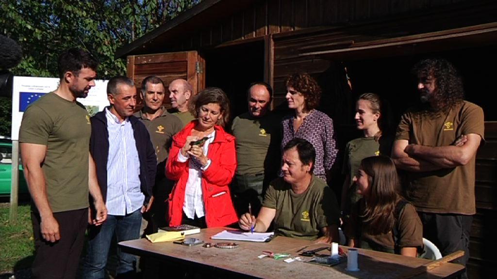 """Ana Oregi anima a estudiantes y personas aficionadas a la Naturaleza a que """"sigan los pasos de Aranzadi en el estudio de las aves en Euskadi"""""""