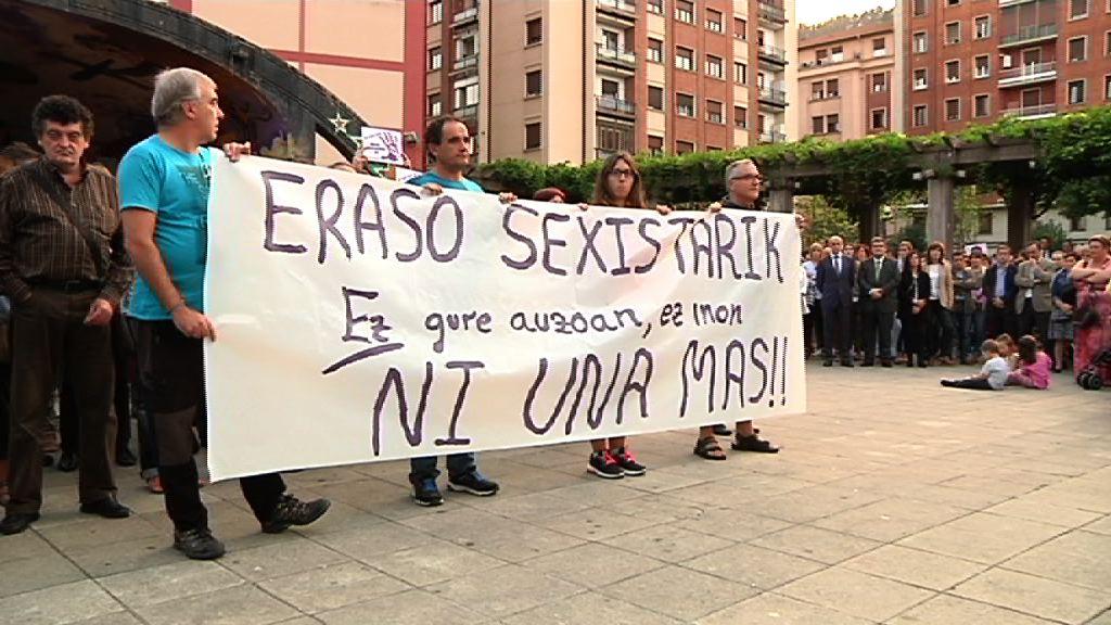 Eusko Jaurlaritzak azken sexu erasoa salatzeko antolatu den elkarretaratzean parte hartu du