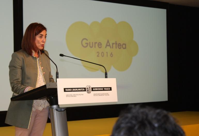Cristina Uriarte entrega los premios Gure Artea 2016 en el Museo Artium de Vitoria-Gasteiz