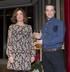 """Beatriz Artolazabal entrega el Premio """"Joven Empresario"""" de Ajebask al """"Mago Sun"""", el alavés Iñaki Ruíz De Galarreta"""