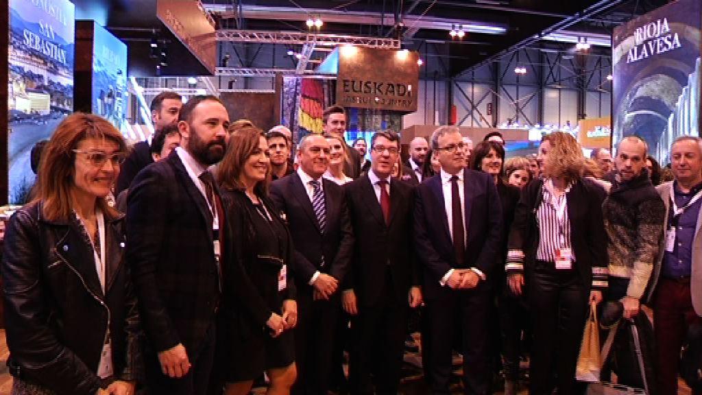 El consejero Retortillo recibe al Ministro de Industria, Energía y Turismo en el stand de Euskadi