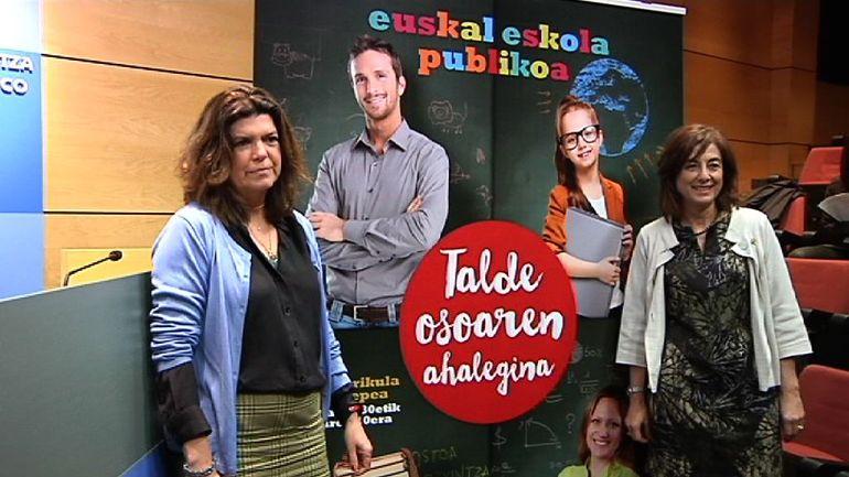 La consejera de Educación, Cristina Uriarte, junto con la viceconsejera Maite Alonso, durante la presentación de la campaña