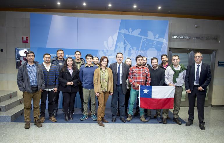 Cristina Uriarte recibe al alumnado chileno de FP que realiza estudios de perfeccionamiento en centros vascos