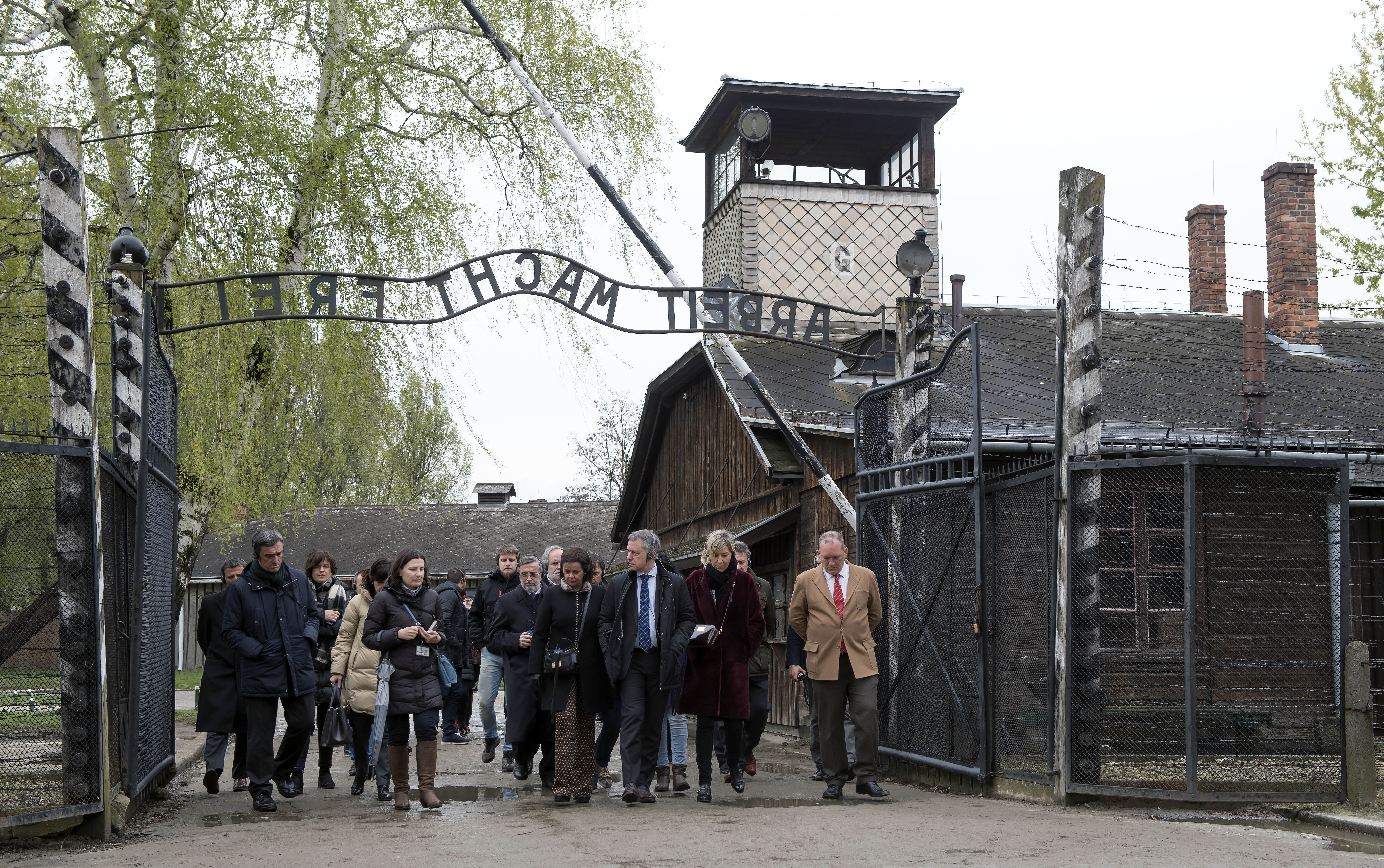 """El Lehendakari destaca el """"respeto a la dignidad humana"""" como enseñanza de lo acontecido en Auschwitz y Gernika"""