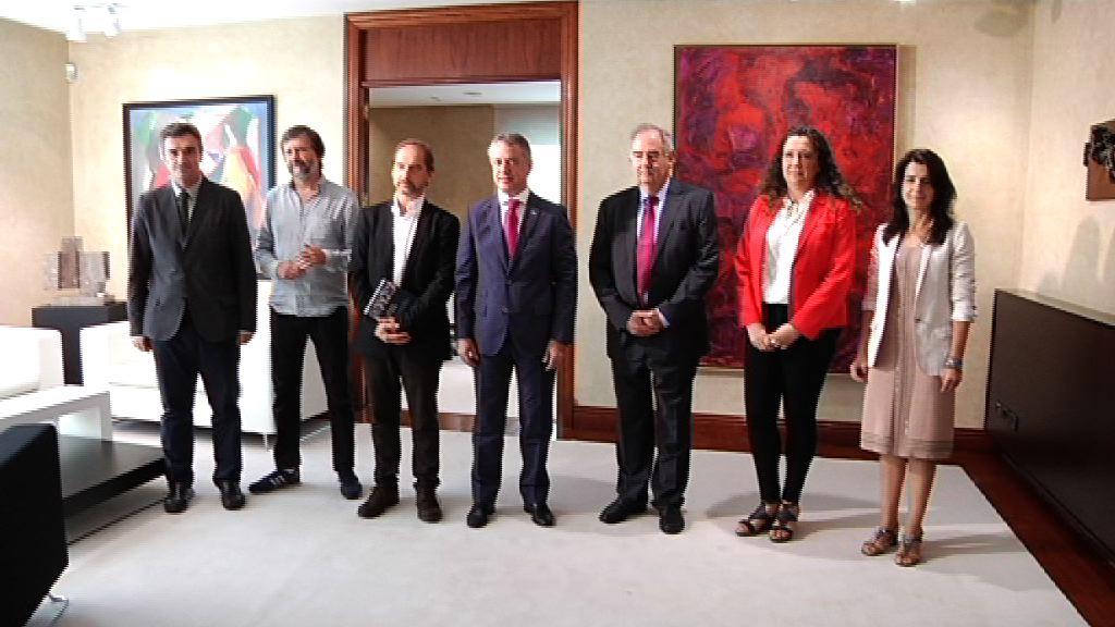 El Lehendakari recibe el informe final sobre víctimas de violaciones de Derechos Humanos en el periodo 1960-1978 de la mano de la Comisión de Valoración