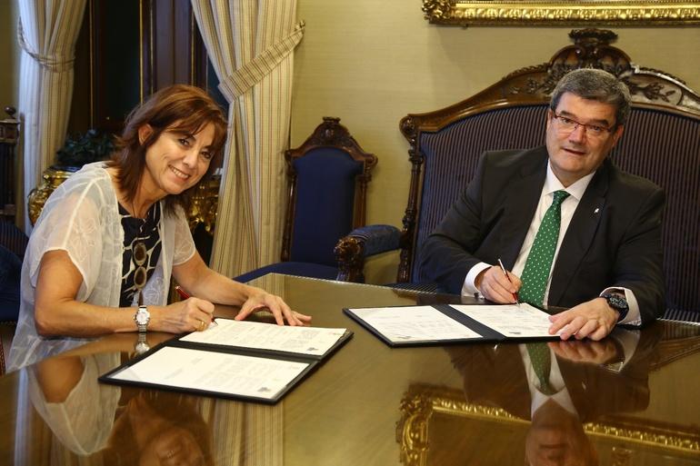 La Consejera Uriarte y el alcalde Aburto, durante la rueda de prensa
