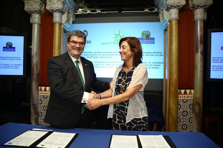 La Consejera Uriarte y el alcalde Aburto firman un acuerdo para aumentar el número de Haurreskolas en la Villa