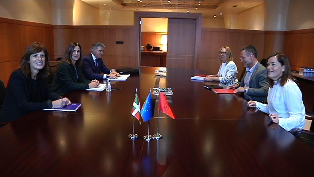 Beatriz Artolazabalek eta Miguel Laparrak enpleguaren eta gizarte-politiken egoera analizatu dute
