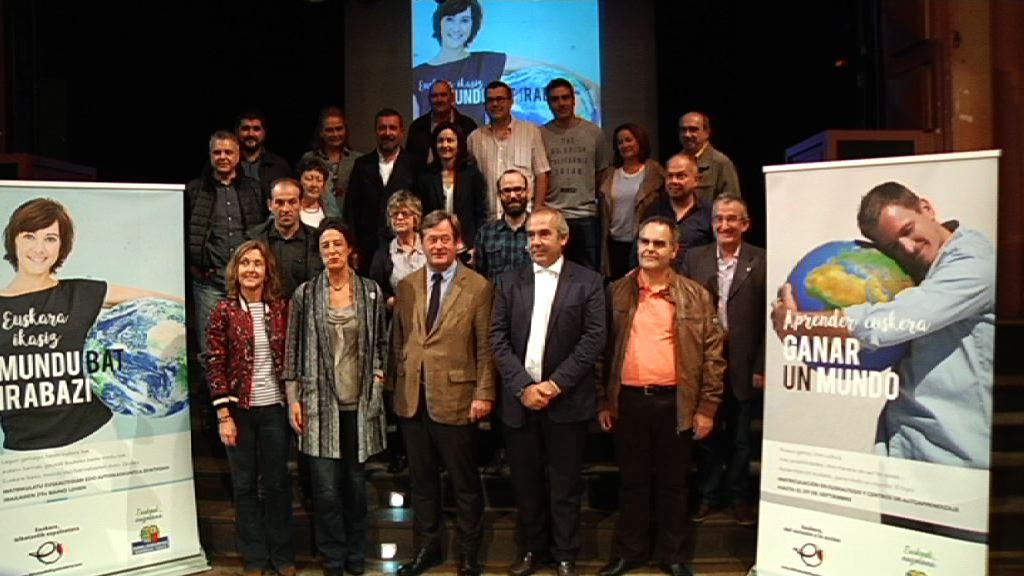 'Euskara ikasiz, mundu bat irabazi' goiburupean, Euskadiko 103 euskaltegietan izena emateko gonbita luzatu du Eusko Jaurlaritzak