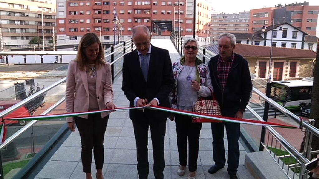 El trabajo conjunto del Gobierno y del Ayuntamiento de Barakaldo, permite inaugurar la pasarela entre los barrios de Desertu Berria y Murrieta, y eliminar, así, un punto inseguro para las mujeres