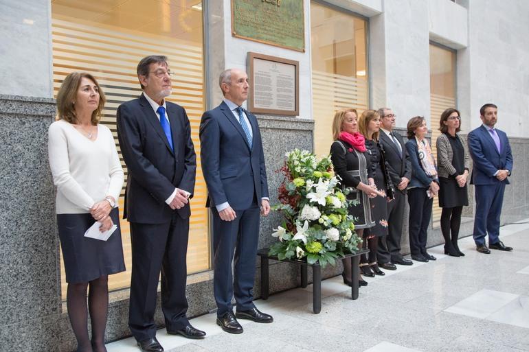 Josu Erkoreka y María Jesús San José asisten a la ofrenda floral en recuerdo a José María Lidón