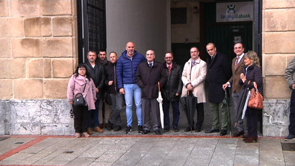 El consejero Arriola y el alcalde de Sestao visitan la Casa del Arco, tras su rehabilitación integral