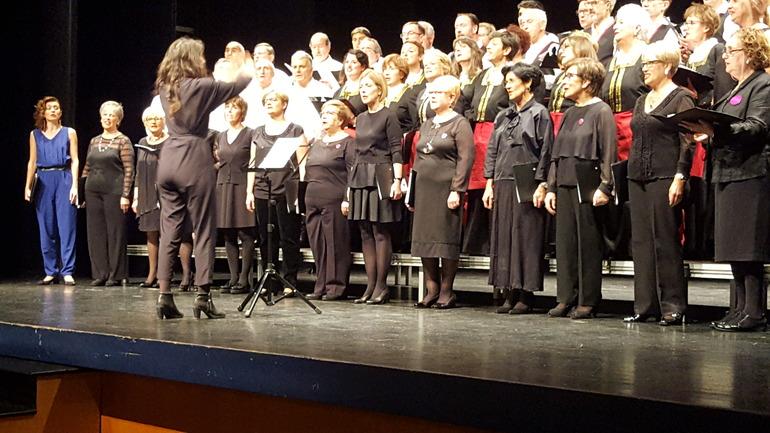El coro de la euskal etxea de París y el Andra Mari llenan el teatro Lizeo de Gernika