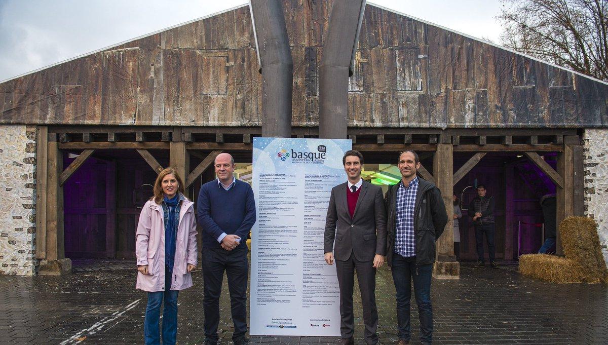 """La reproducción de un antiguo caserío acerca el medio rural a Bilbao en la """"Basque Gabonetako Azoka"""""""