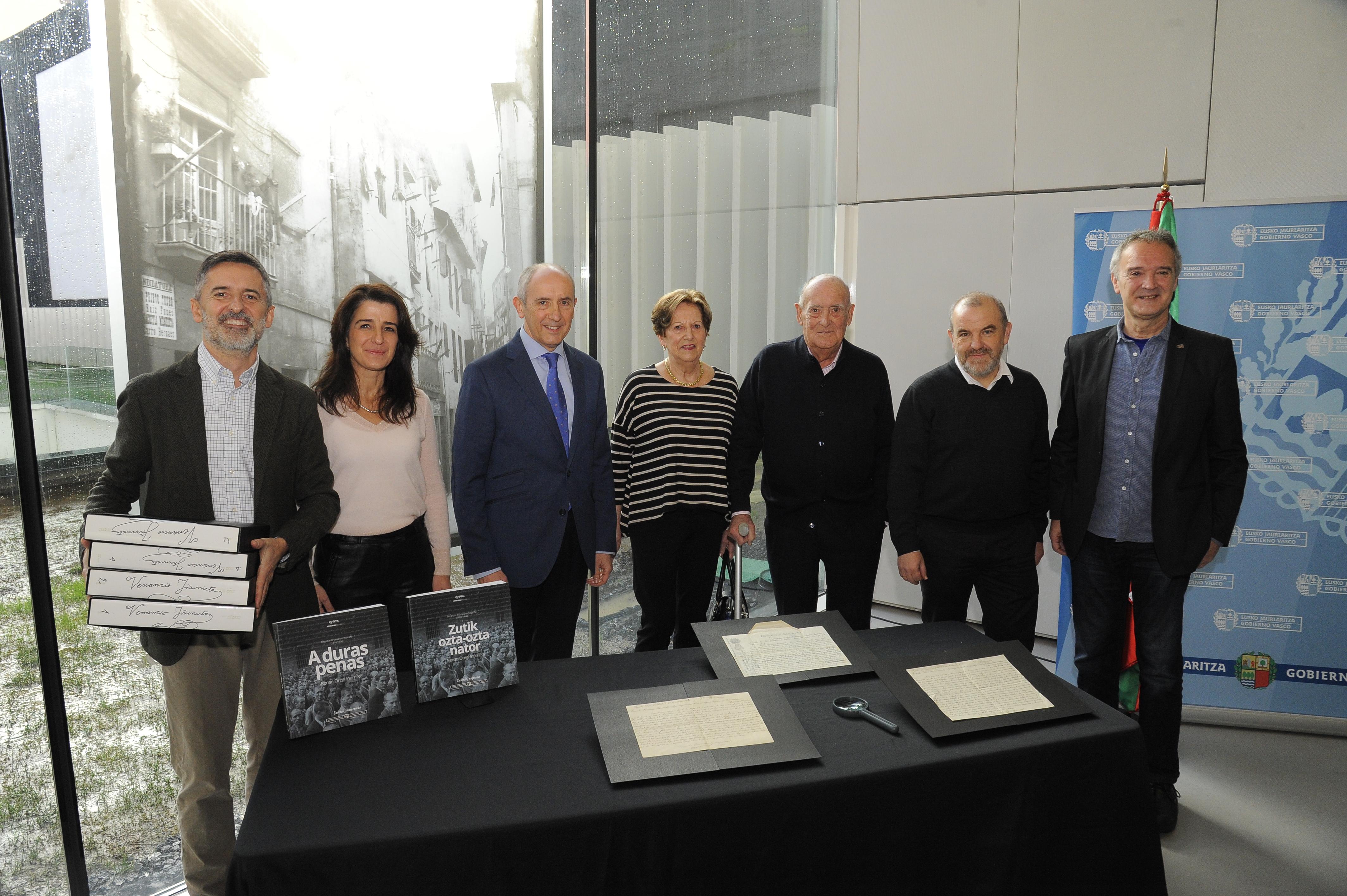 El Gobierno recibe la donación de un fondo de cartas manuscritas por el concejal de Soraluze apresado durante la Guerra Civil, Venancio Iñurrieta