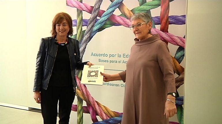 Cristina Uriartek Akordioaren Oinarriak dokumentua eman dio Euskadiko Eskola Kontseiluari