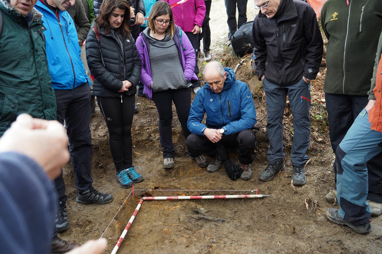 El Gobierno Vasco participa en la exhumación de los restos mortales de un combatiente de la Guerra Civil hallados en la Sierra de Aramotz de Lemoa