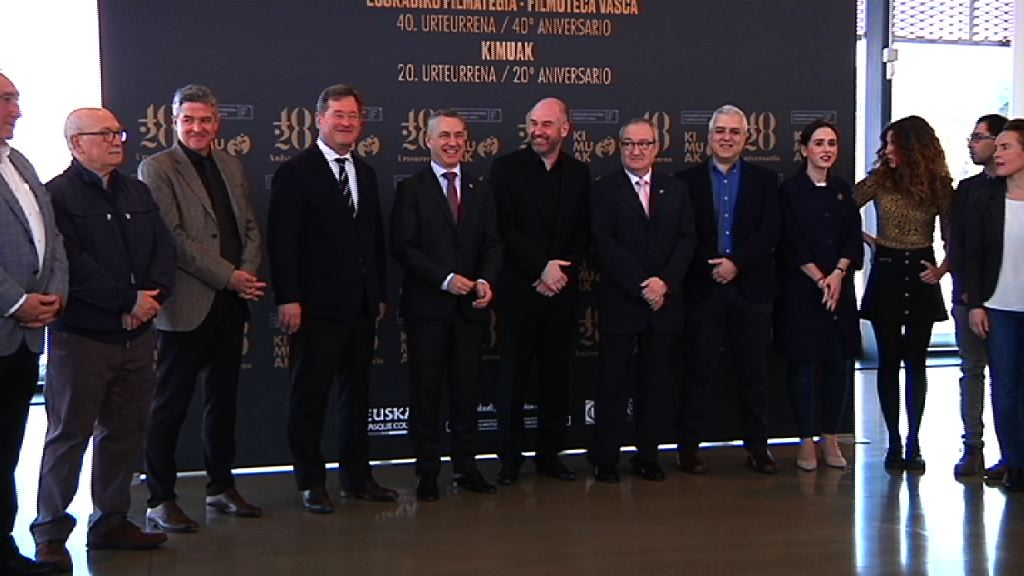 El Lehendakari Iñigo Urkullu ha visitado la Filmoteca Vasca para reconocer sus 40 años de historia y los 20 años del programa Kimuak, gestionado por esta institución y fundamental en el impulso al cine vasco