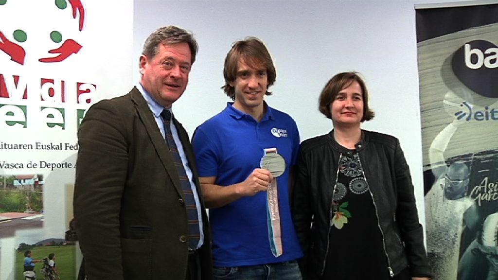 El consejero Bingen Zupiria ha recibido hoy al esquiador Jon Santacana, medallista en los Juegos Paralimpicos