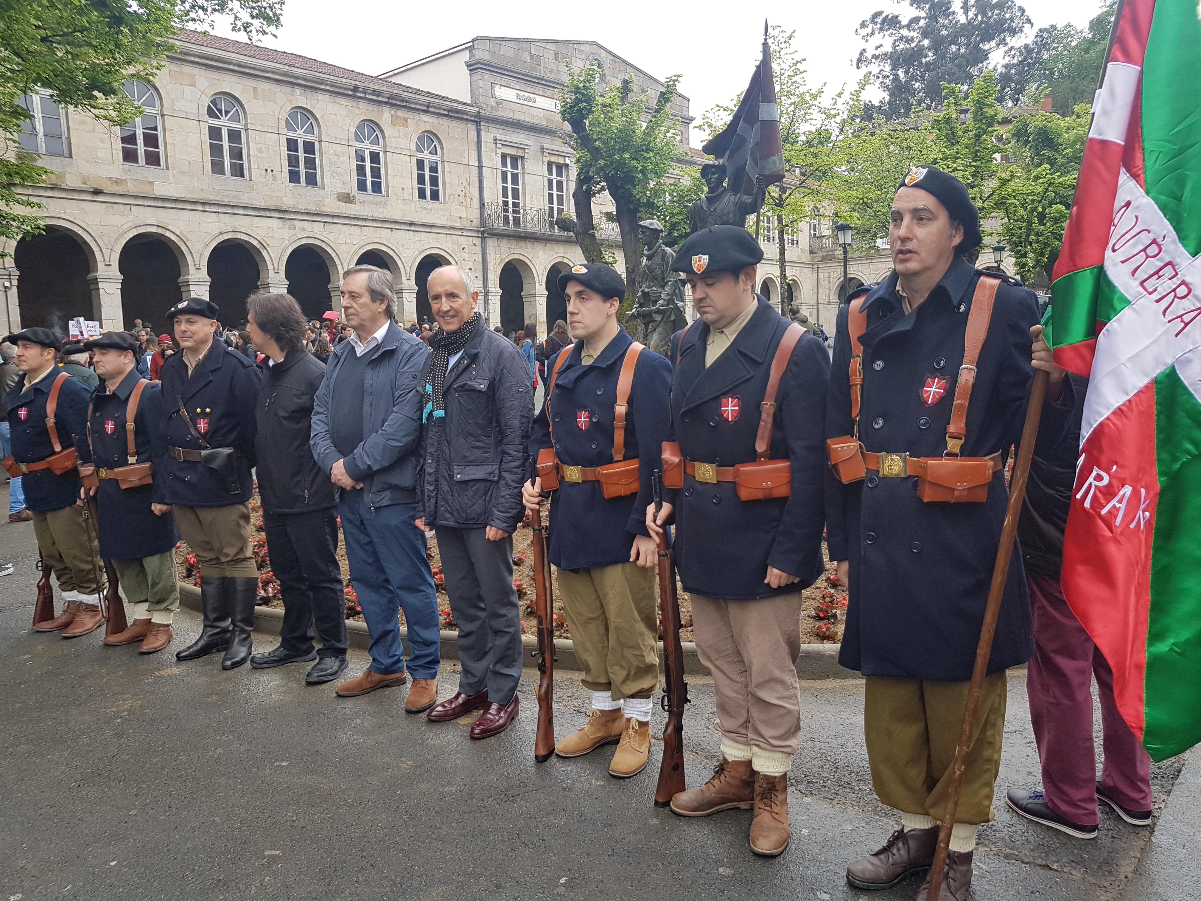 """Josu Erkoreka participa, en Gernika, en la inauguración de una escultura en honor a los """"gudaris"""""""