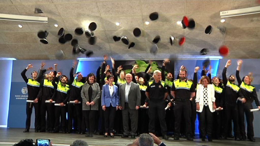 Un total de 38 policías locales de cuatro ayuntamientos de Euskadi reciben los diplomas de haber superado el curso de formación en la Academia de Arkaute