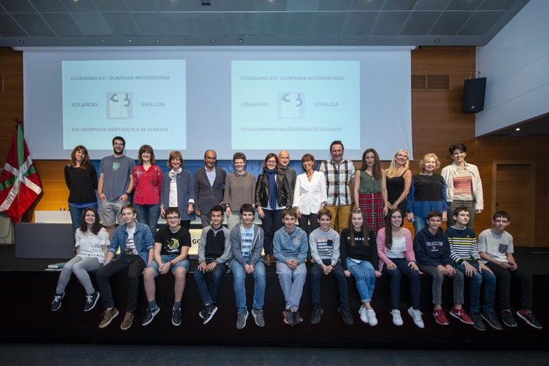 Cristina Uriarte entrega los premios de la XVI Olimpiada Matemática Eduardo Chillida